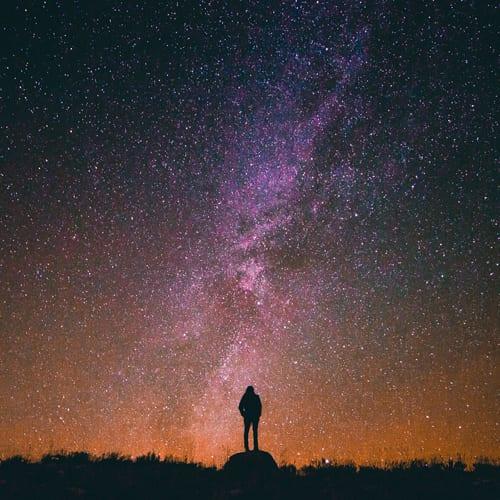 Astro-Ressonância: A Sinfonia Planetária e o Canto Pessoal