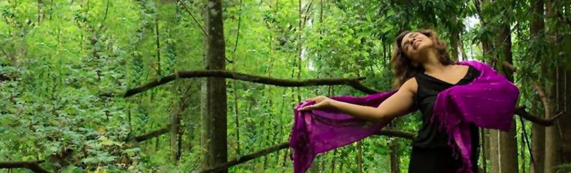 mulher dançando na natureza